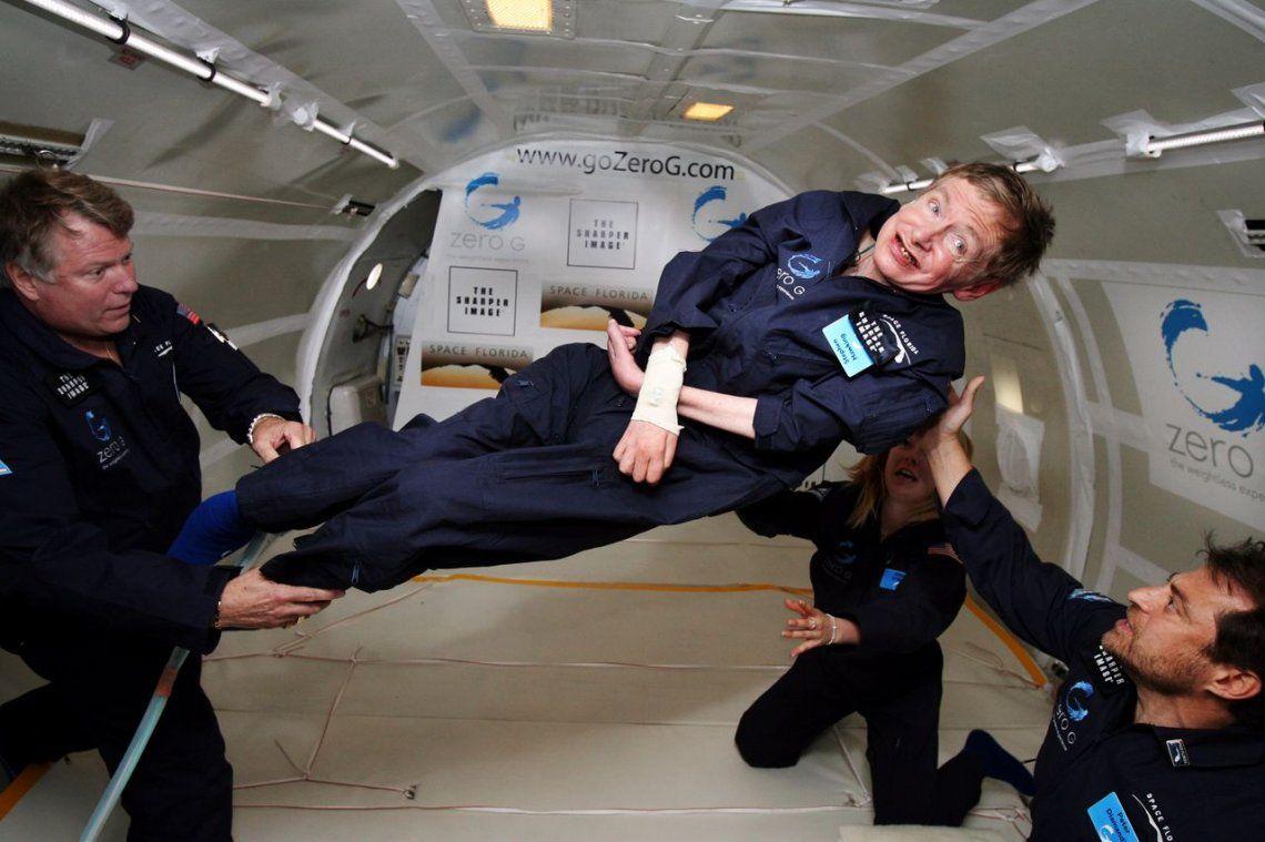 Stephen Hawking flota en un jet de gravedad cero