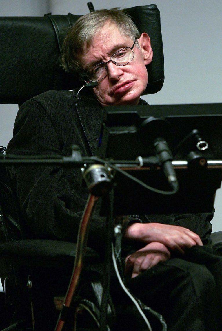 2006   Stephen Hawking dando una conferencia en el Museo de Ciencias de Bloomfield en Jerusalén.