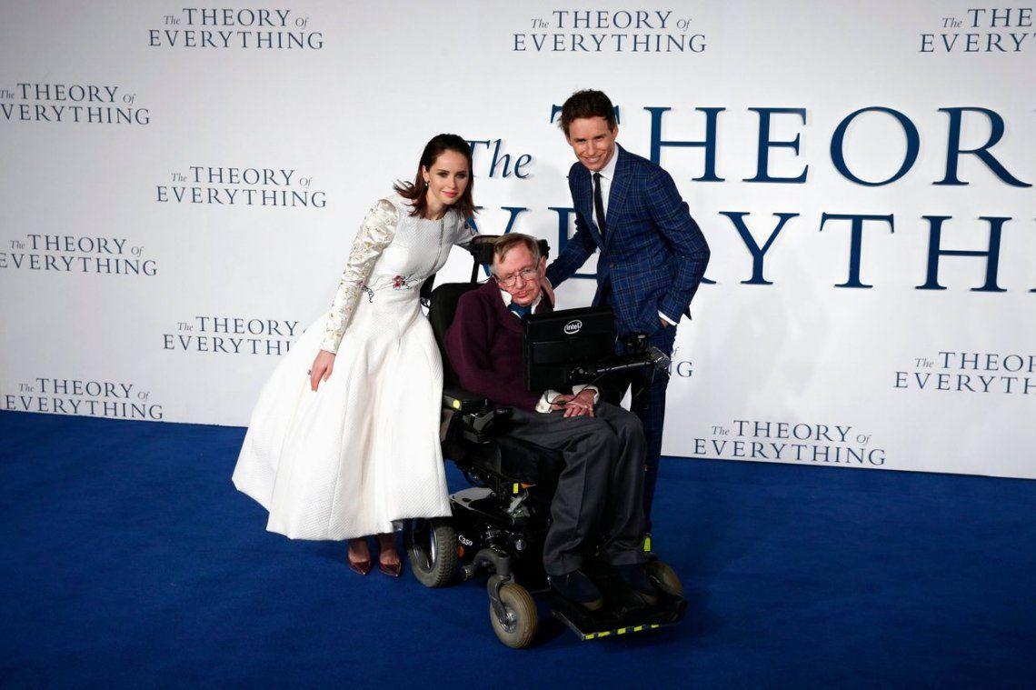 Felicity Jones y Eddie Redmayne posan con Stephen Hawking en el estreno de la película The Theory of Everything.