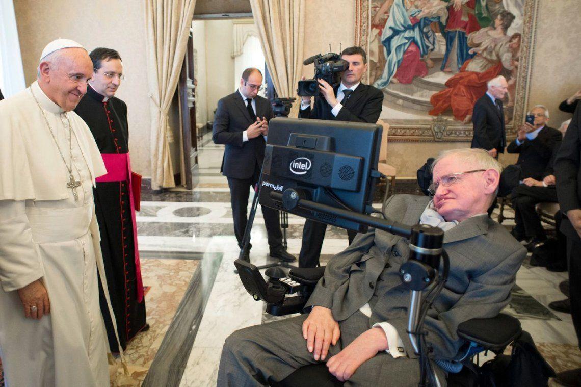 Stephen Hawking durante una audiencia con el El Papa Francisco.