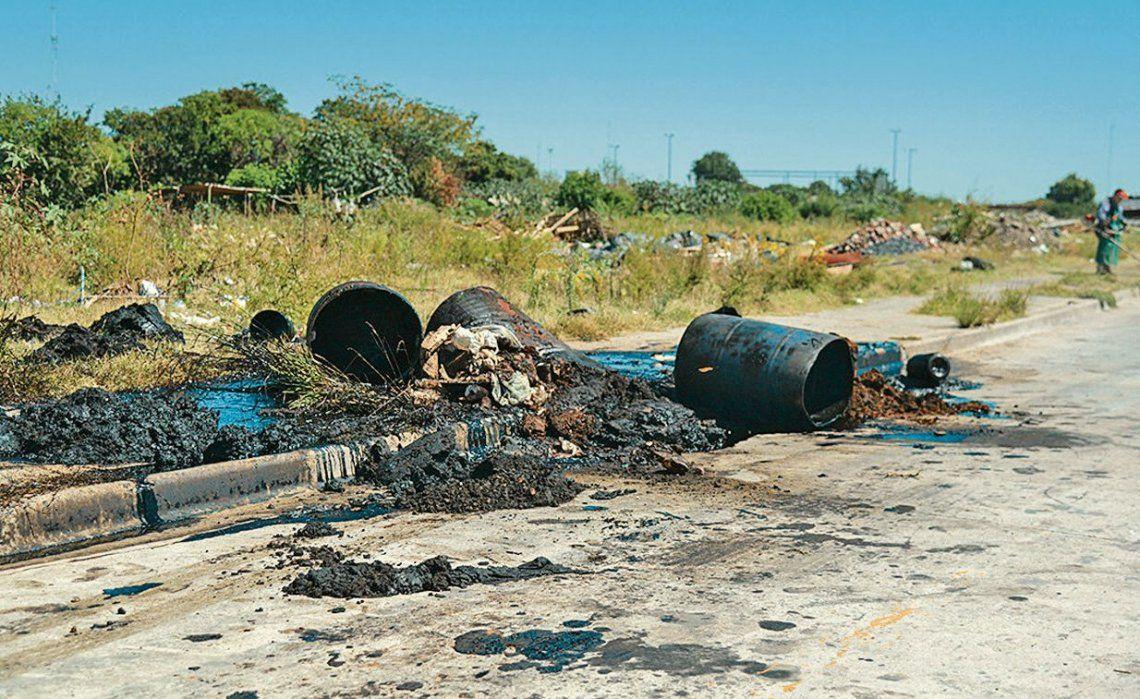30f49c996 dClausuran establecimiento por volcar hidrocarburos al Riachuelo y por  tirar barriles con brea sobre el Camino de Sirga.