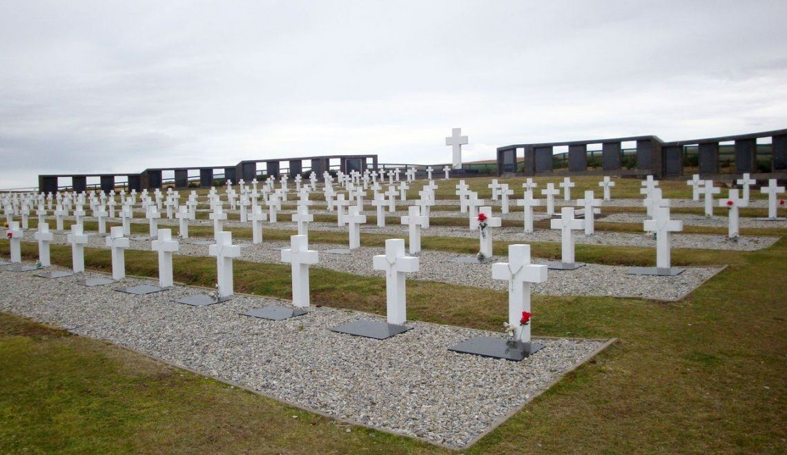 Malvinas: profunda emoción de familiares de caídos en el cementerio deDarwin