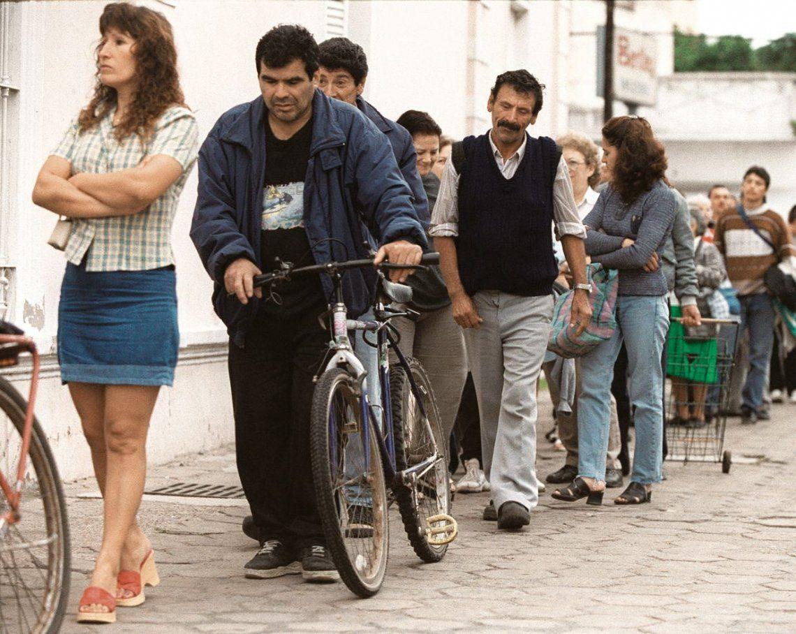dLas filas de desocupados pugnando por un puesto de trabajo son una postal que se mantiene en el Conurbano.