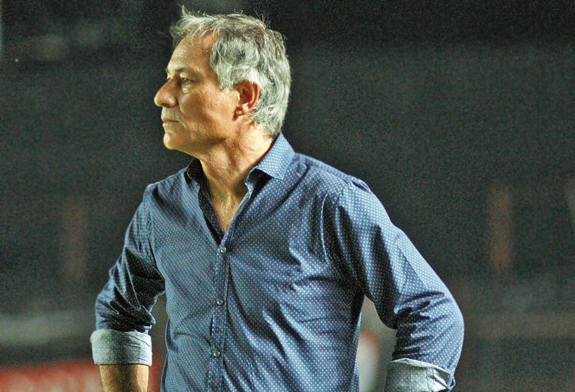 Para Holan, el mejor refuerzo de Independiente sería retener a Maxi Meza
