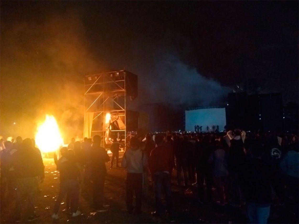 Incidentes en el fallido show de Viejas Locas en Tucumán: fuego, botellazos y robos porque Pity Álvarez no tocó