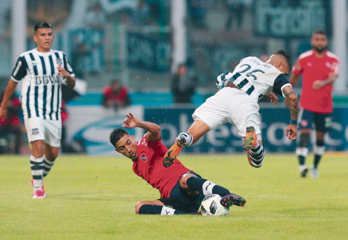 Verón va al piso y cuida la pelota. Jugó un gran partido y marcó un gol.