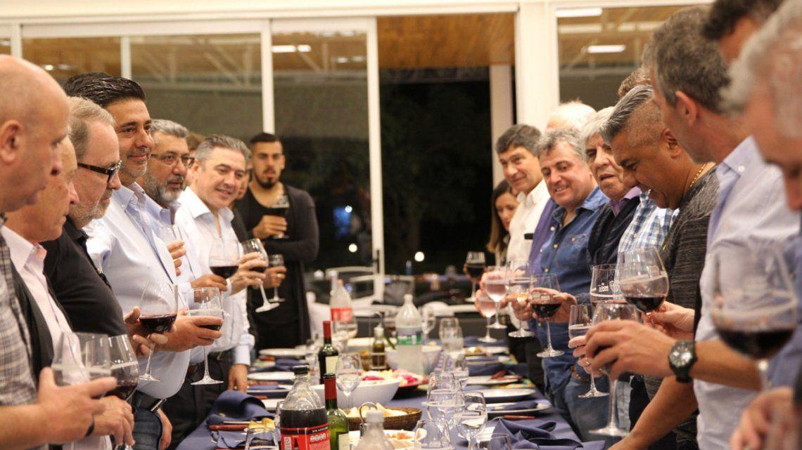 El llamativo brindis del Chiqui Tapia: champagne en una copa con el escudo de Boca
