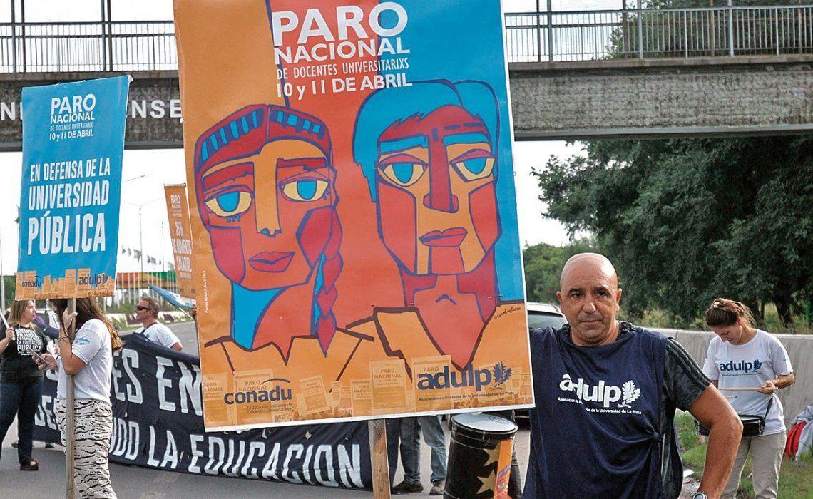 Los docentes universitarios salieron a la calle para reclamar la reapertura de las paritarias.