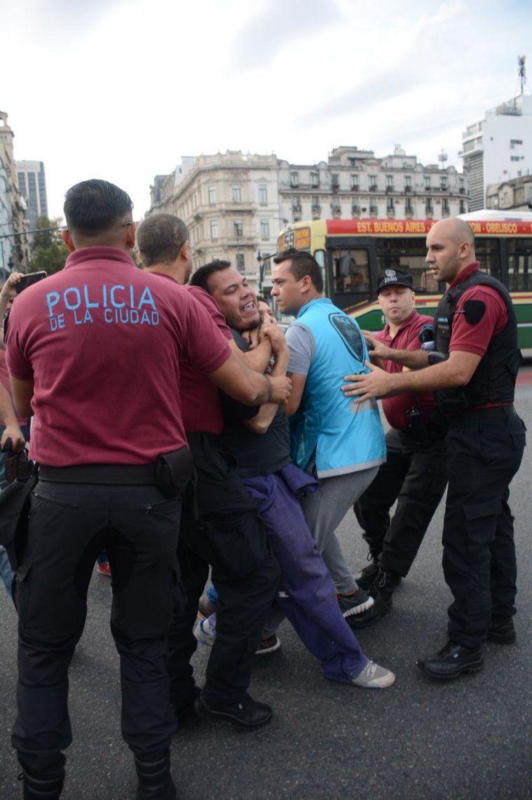 Incidentes y corridas en la protesta de trabajadores despedidos en el Obelisco
