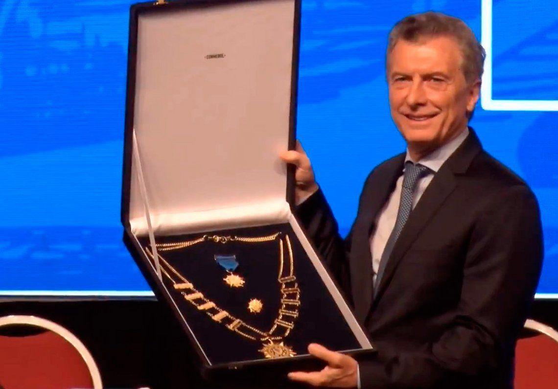 Macri fue condecorado por Conmebol y le agradeció a la familia boquense