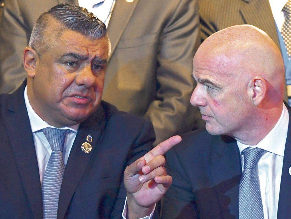 dChiqui Tapia conversa con Gianni Infantino en el Congreso de la CONMEBOL