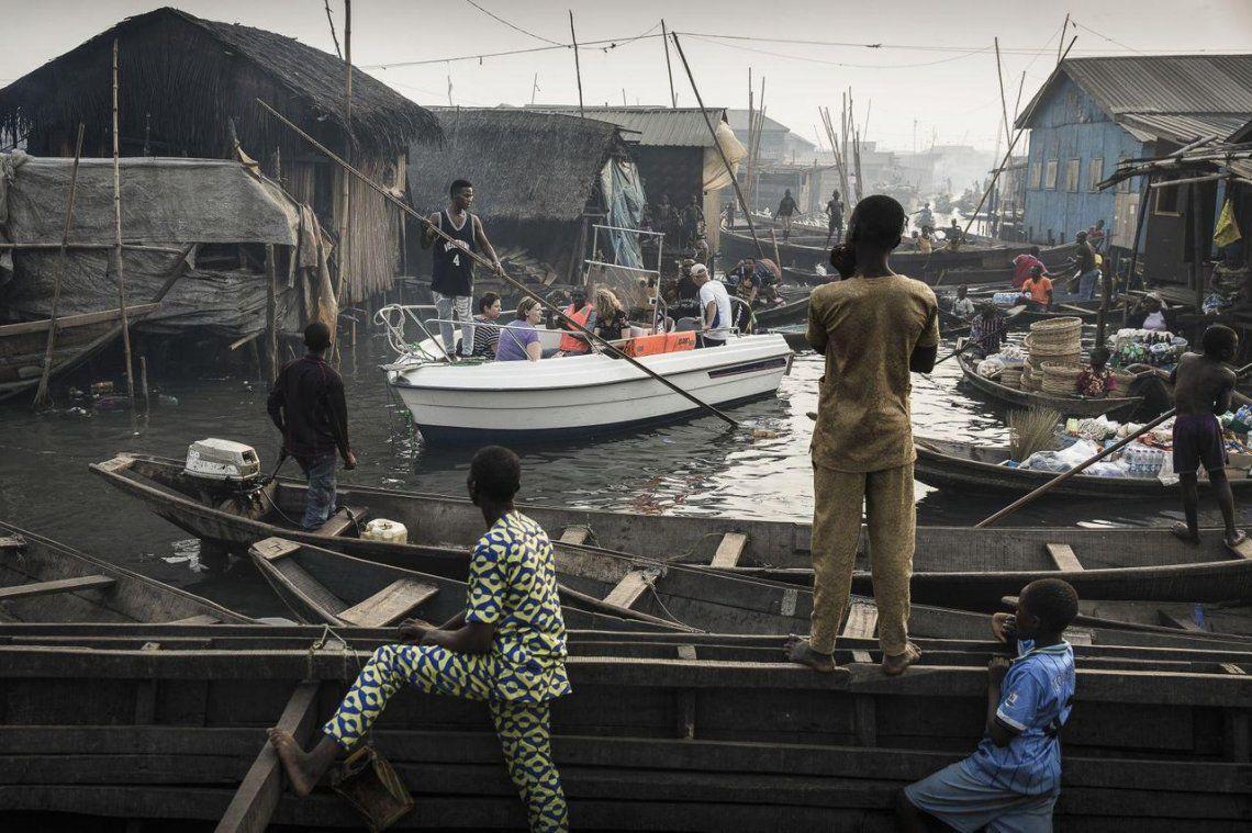 Lagos Waterfronts under Threat |Un barco con turistas de Lagos Marina se dirige a través de los canales de la comunidad de Makoko