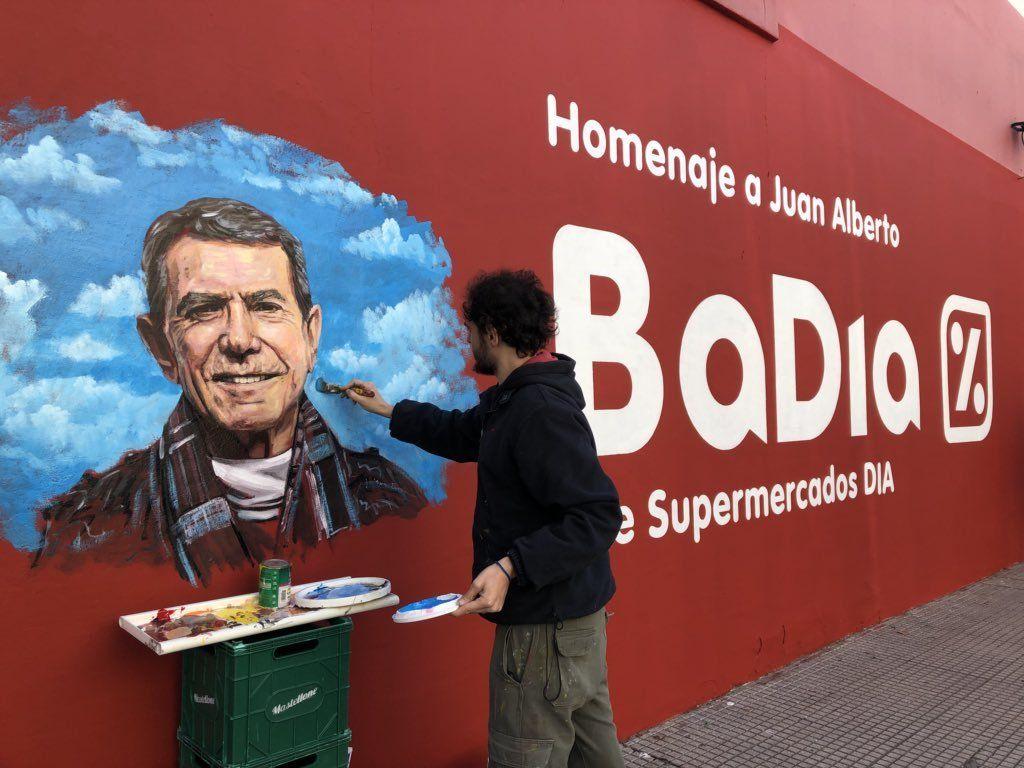 La historia detrás del curioso homenaje de una cadena de supermercados a Juan Alberto Badía