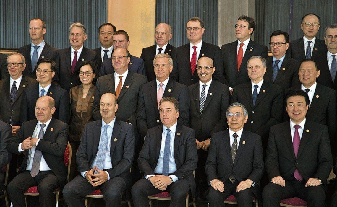 dDujovne y Sturzenegger en la foto final de la última reunión del G20 en Buenos Aires.