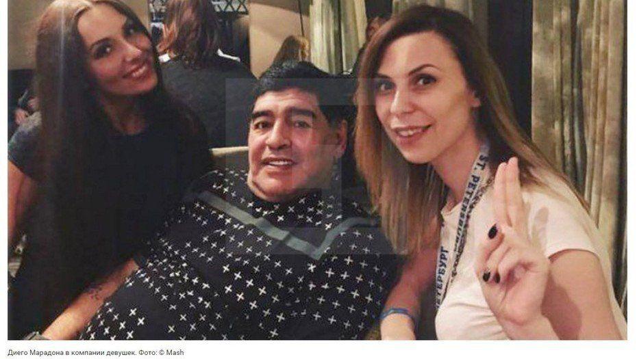 Maradona junto a Nadolskaya (de negro) en una foto que se tomaron en Rusia. Después lo denunció.