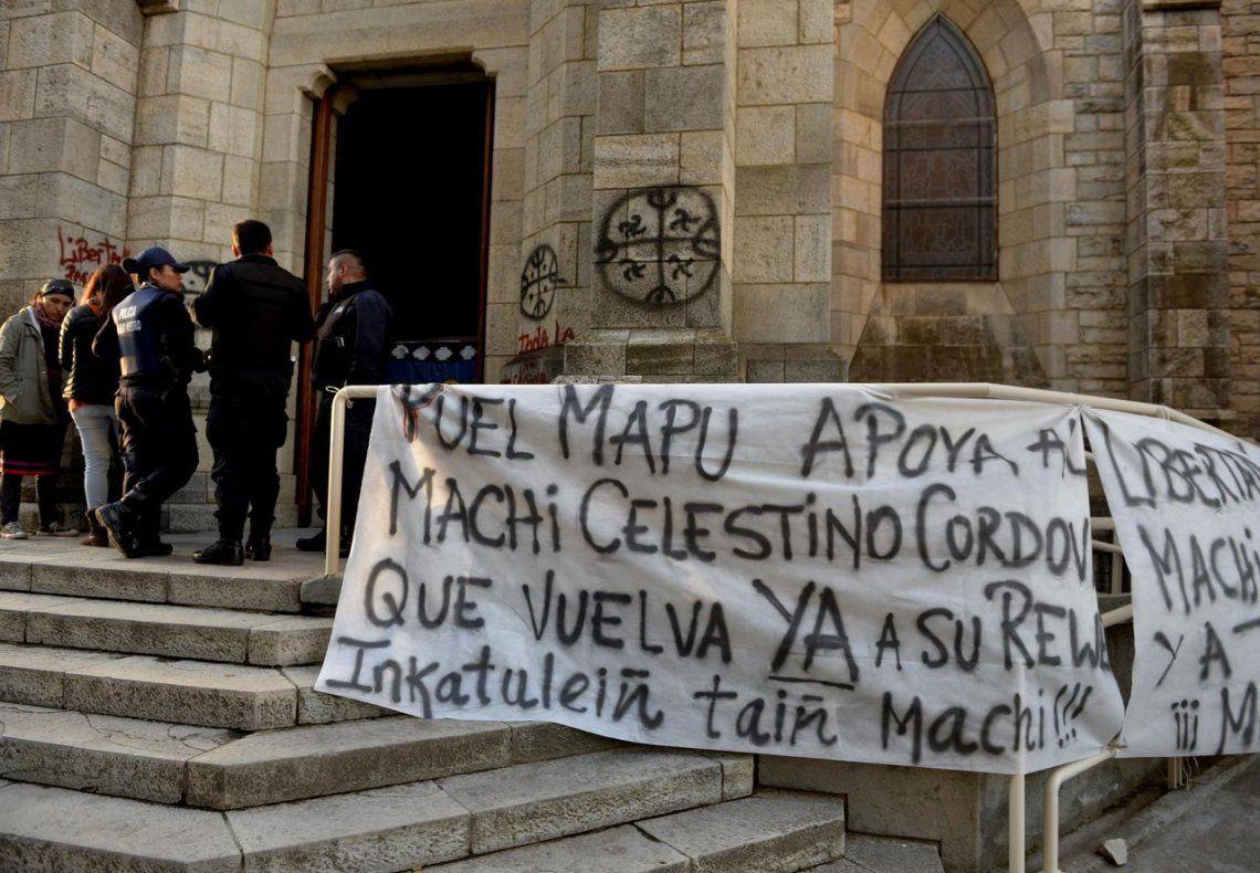 Mapuches tomaron Catedral de Bariloche por un detenido en huelga de hambre en Chile