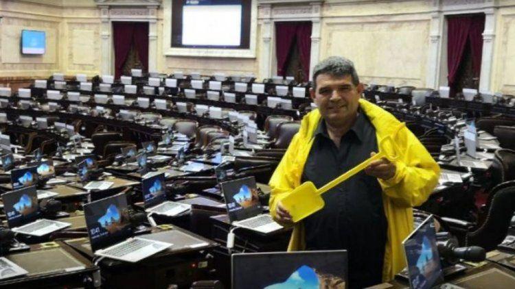 Tras el escándalo, Olmedo dio quórum y la nota: llevó una pala amarilla
