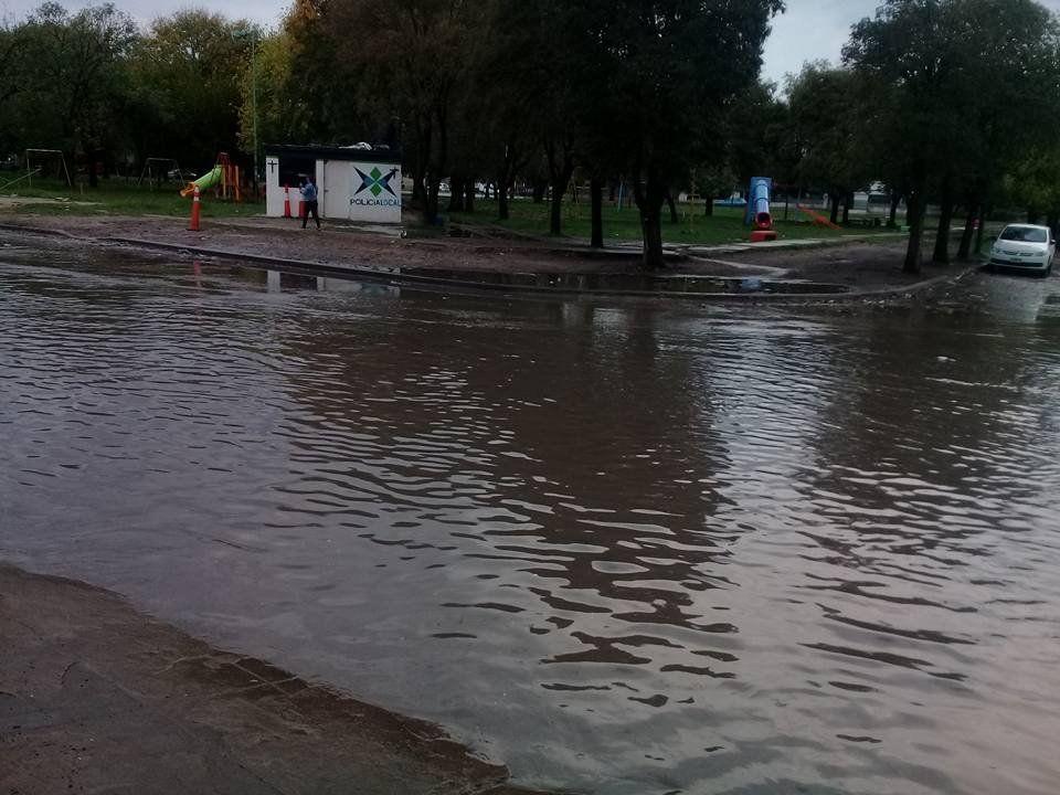 Una calle que se  convierte en laguna con cada lluvia
