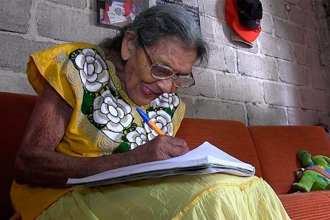 Conmovedor: aprendió a leer y a escribir a los 96 años
