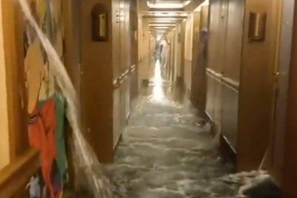 Se inundó un crucero y causó pánico entre los pasajeros