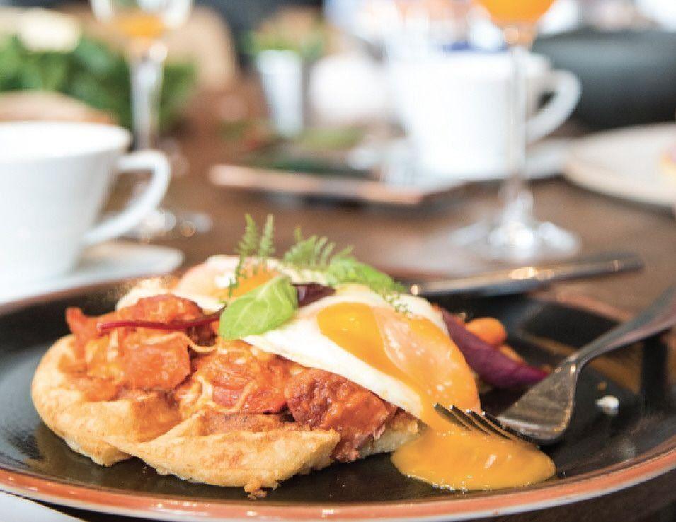 Waffles de pan de yuca con huevo y chorizo