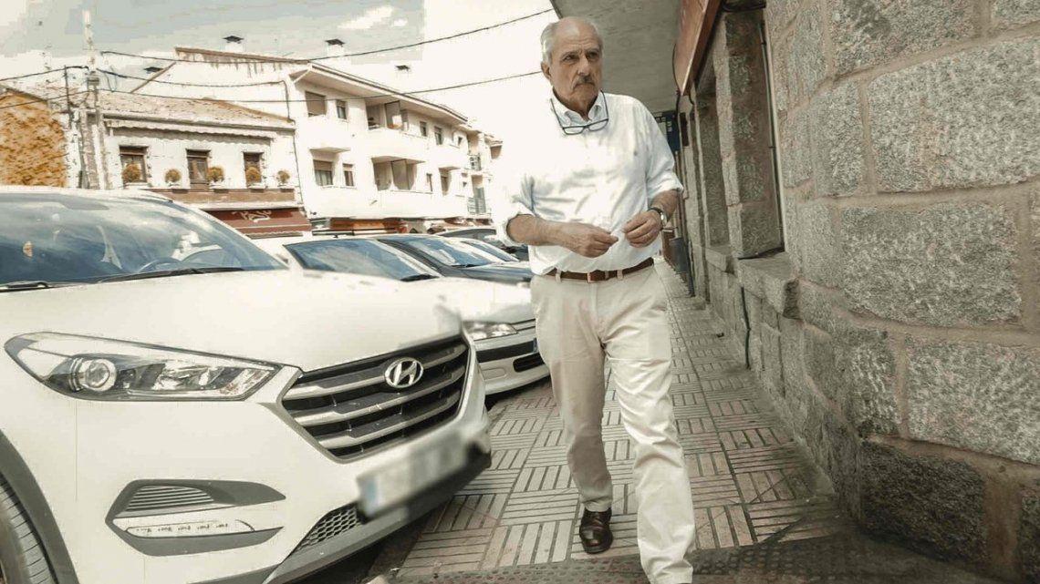 Scilingo pasea por un pueblo de las afueras de Madrid.