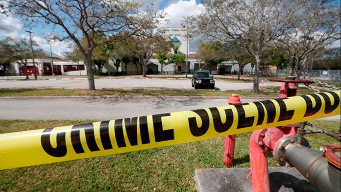 Dos estudiantes se tirotearon en una escuela cerca de Los Ángeles: un herido y un detenido
