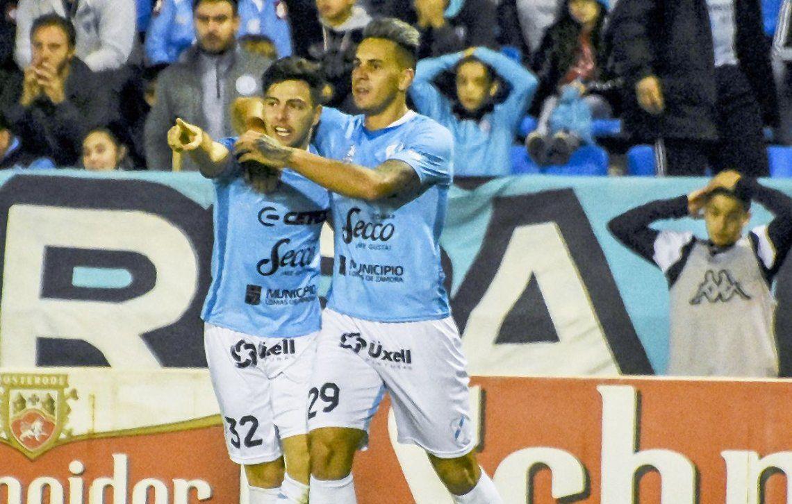 dEzequiel Montagna festeja con Delgado tras convertir el tercer gol del Celeste del Sur
