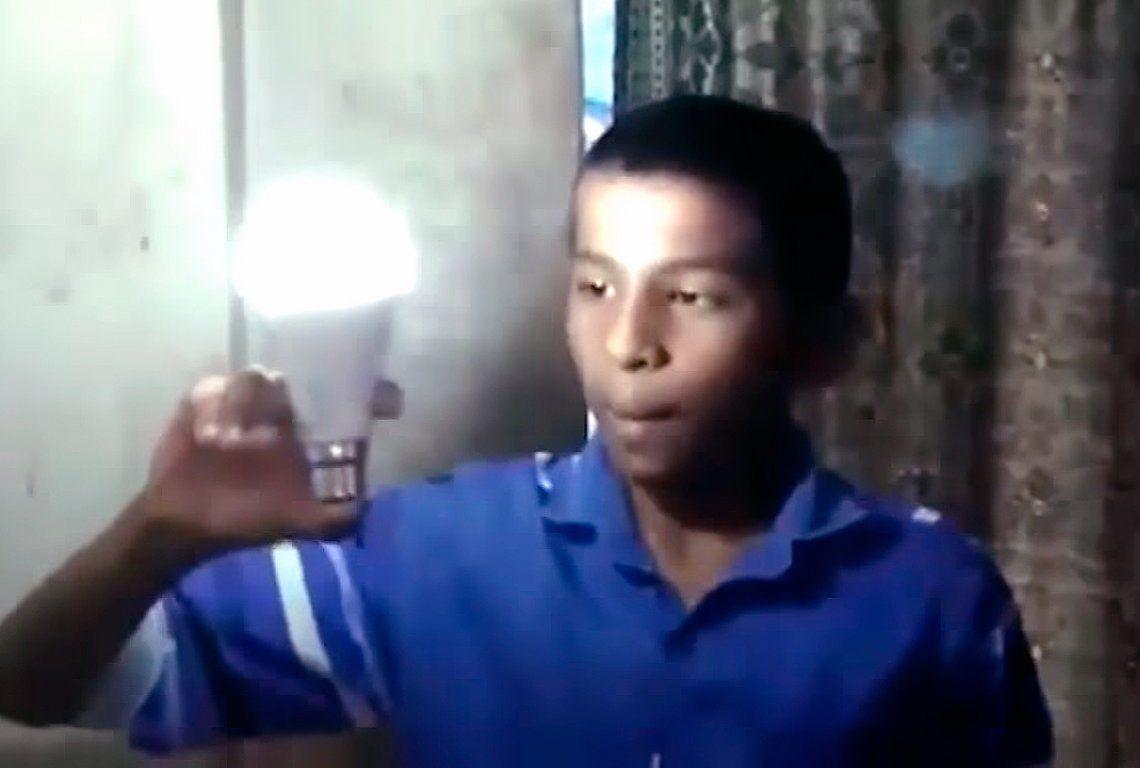 Niño luz enciende lámparas con su cuerpo