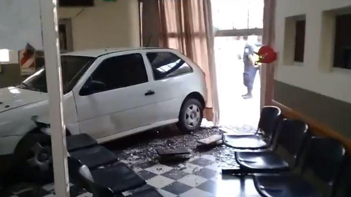 Una mujer incrustó el auto en una cooperativa porque le cortaron la luz