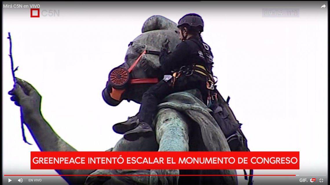 Una singular protesta de ambientalistas en el Monumento de los dos Congresos