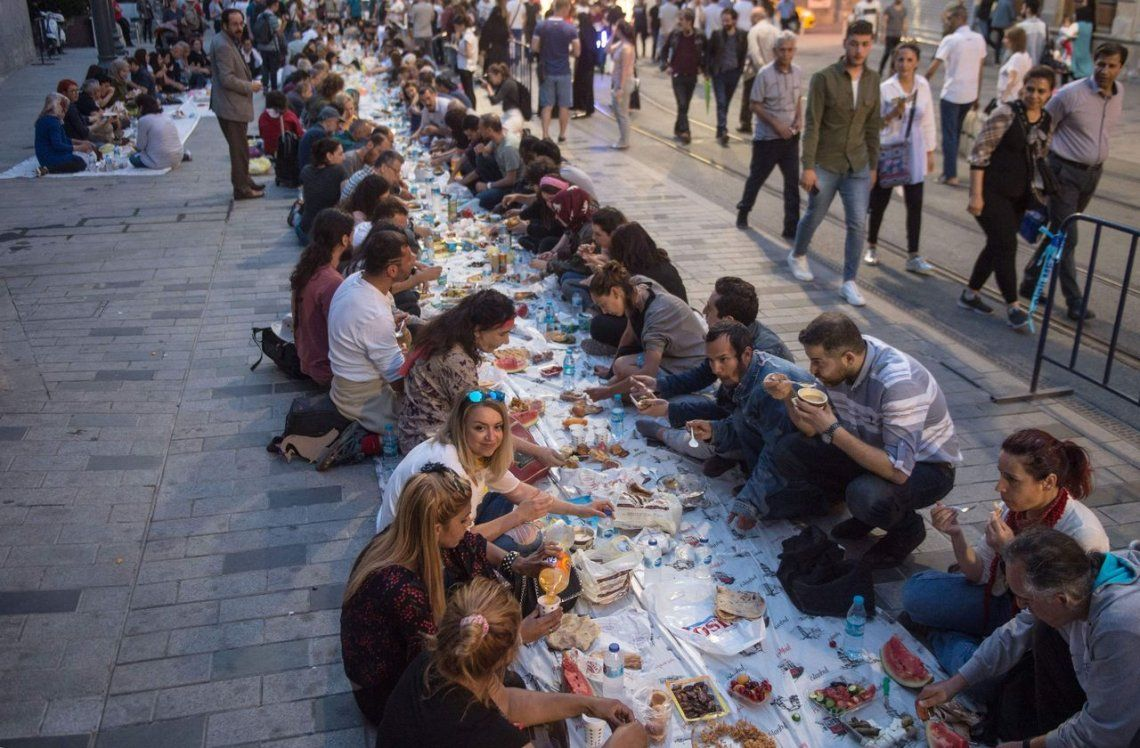 Turquía |La gente rompe su ayuno en la Plaza Taksim en Estambul.