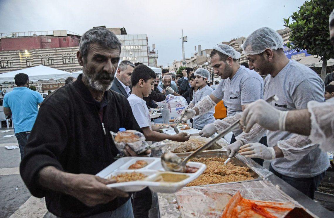 La gente rompe su ayuno en Diyarbakir