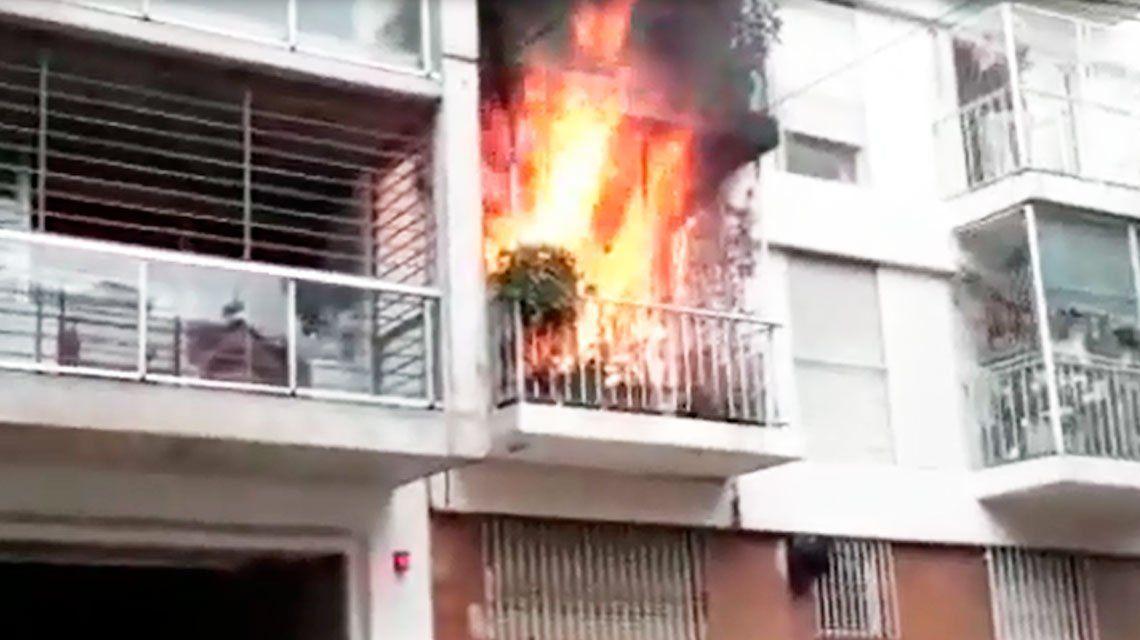 Video: impresionante incendio en un departamento de Palermo