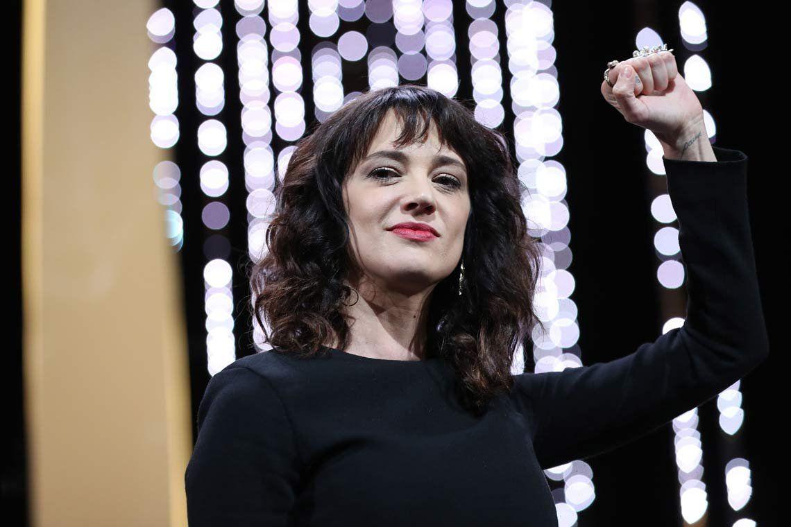 Asia Argento niega haber abusado sexualmente de un menor de edad e involucró a Anthony Bourdain