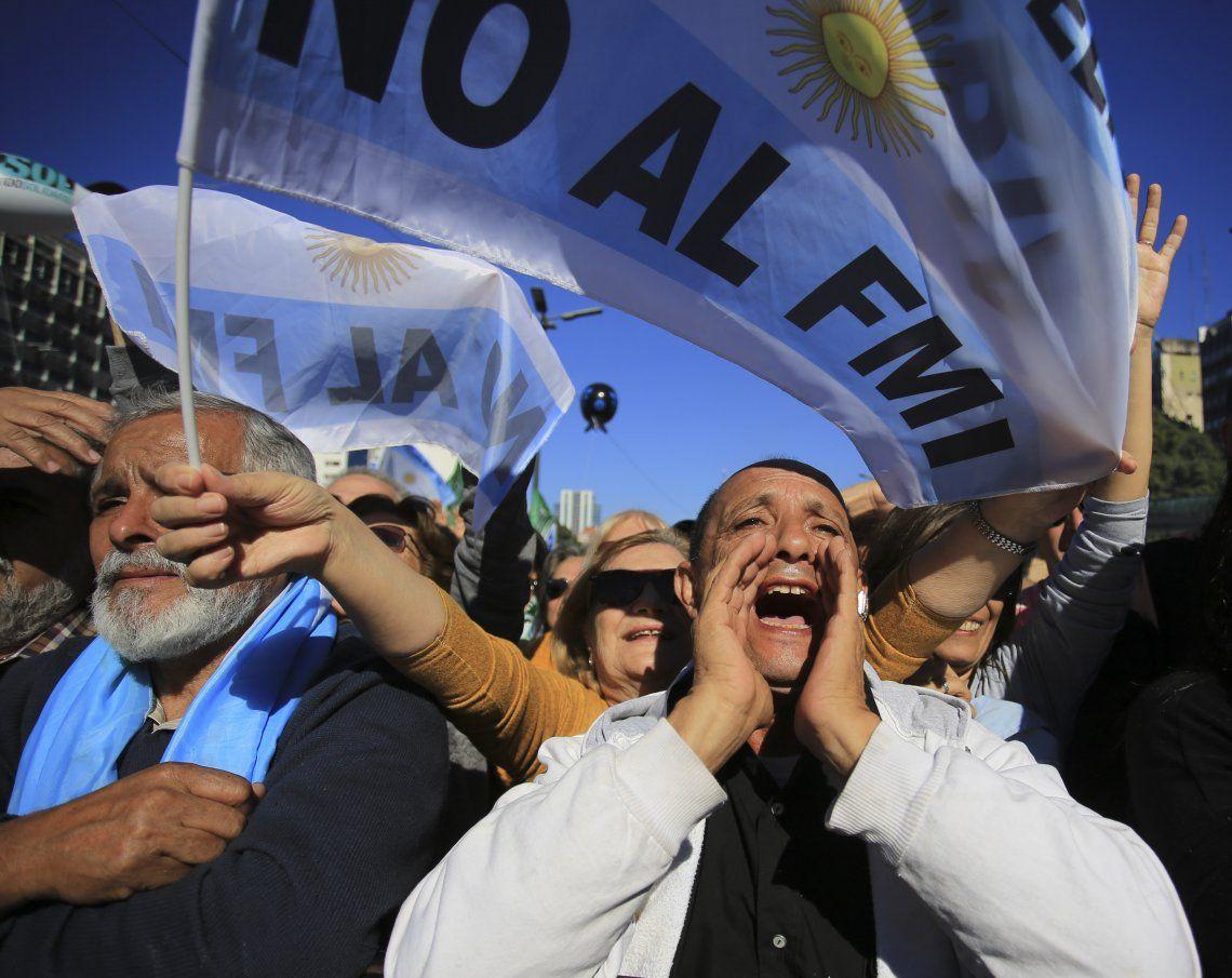 Cientos de personas se concentraron en el Obelisco en contra del FMI