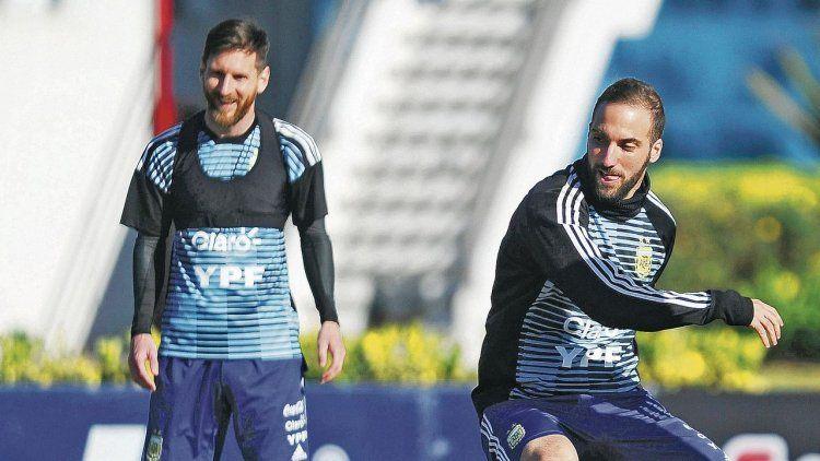 dLionel Messi, el 10 y referente de la Selección argentina, observa con una sonrisa al Pipita Higuaín en acción.