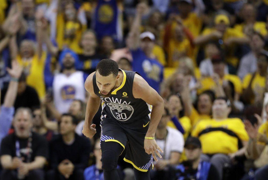 Récord y show de triples de Stephen Curry para otro triunfo de los Warriors en la final