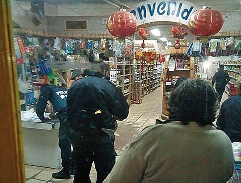 dLa policía levantó pruebas en el comercio de la localidad de Manuel Alberti.