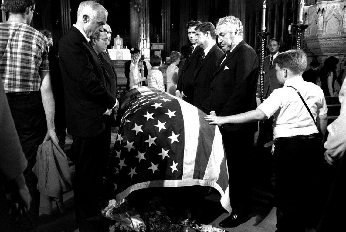 Un niño toca el ataúd del Senador Robert F. Kennedy.