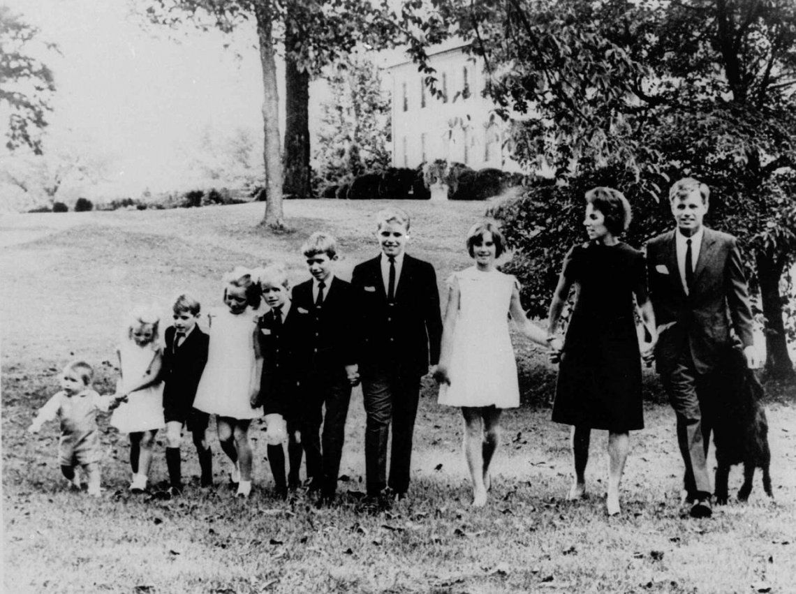 Robert F. Kennedy y Ethel Kennedy posan con ocho de sus nueve hijos.