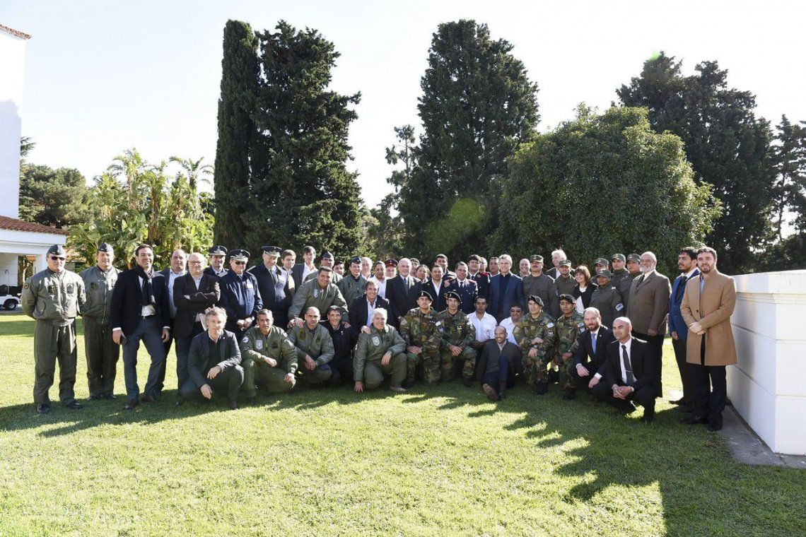Macri recibió a los rescatistas que asistieron a la comitiva presidencial