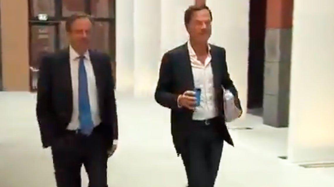 Primer ministro holandés se le cayó el café al suelo y su reacción se hizo viral