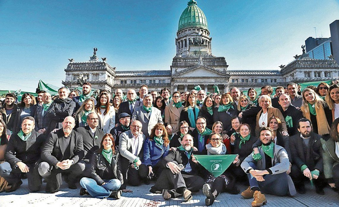 """dLa foto delante del Congreso de los """"pro abortistas"""" que despertó rispideces en el seno del oficialismo."""