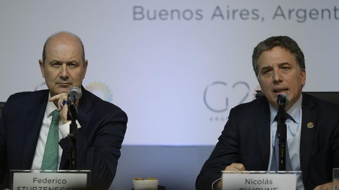 FMI: Nicolás Dujovne y Federico Sturzenegger anunciarán esta tarde los detalles del crédito