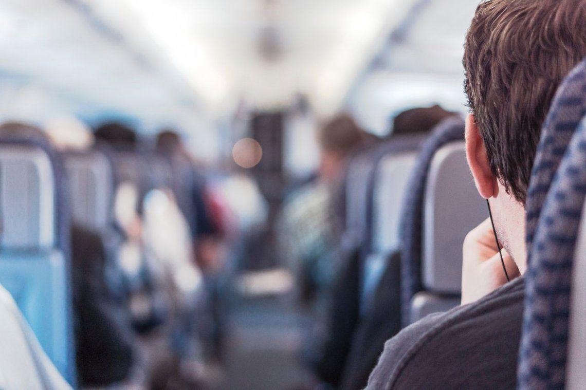 Se conocieron en el avión, ella quedó flechada y ahora lo busca por Internet