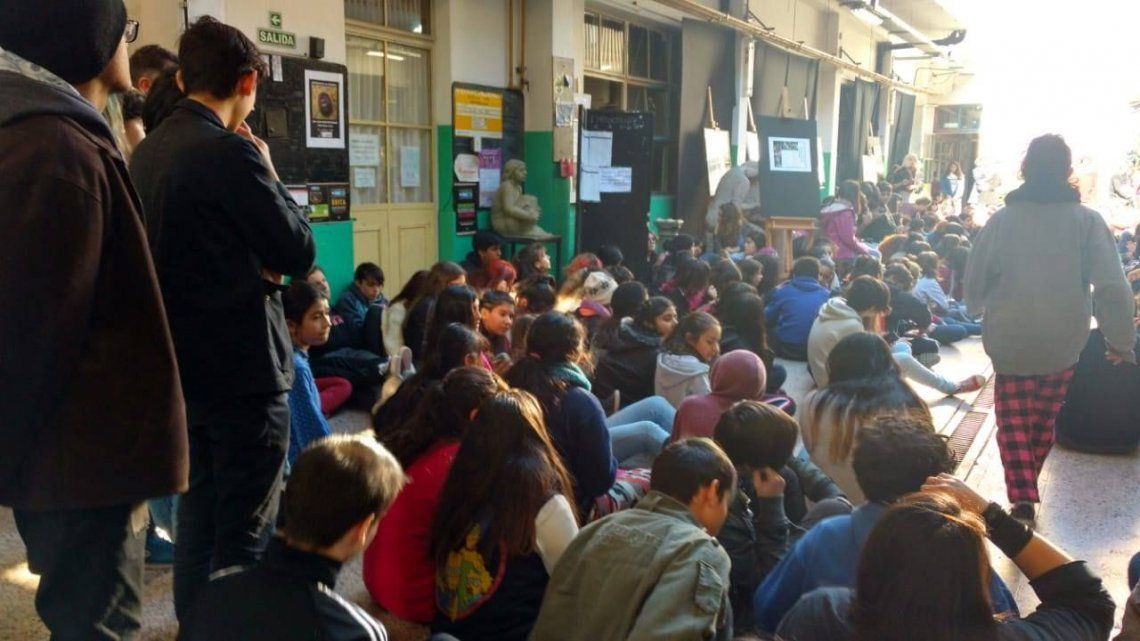 Aborto legal: estudiantes tomaron un colegio en reclamo por la aprobación de la ley