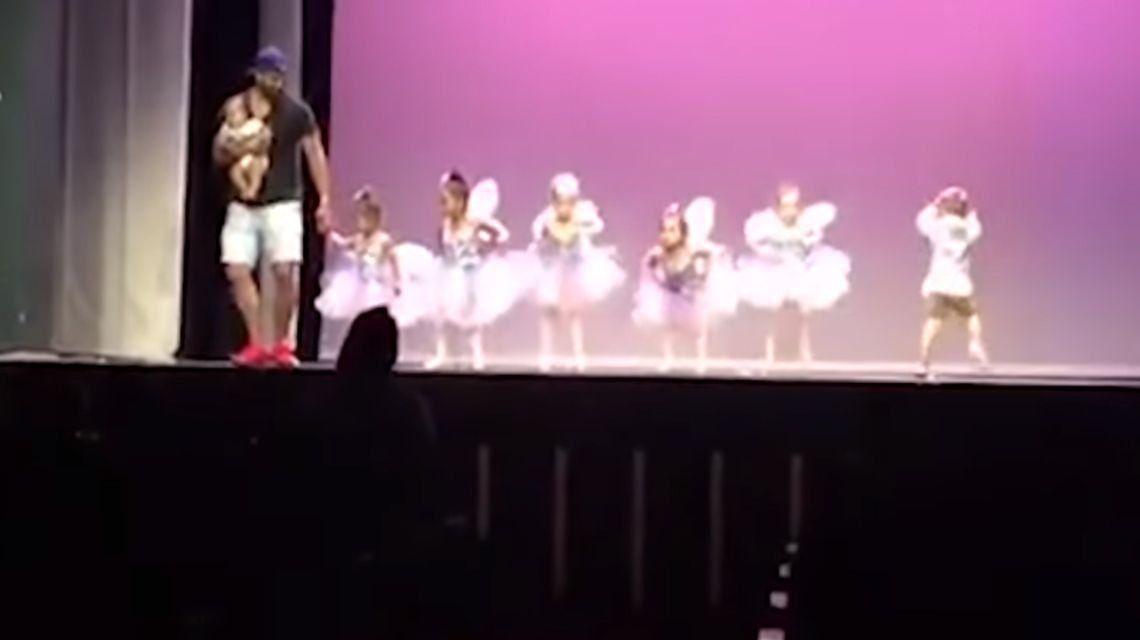 Un papá genial: subió al escenario para ayudar a su hija con pánico escénico