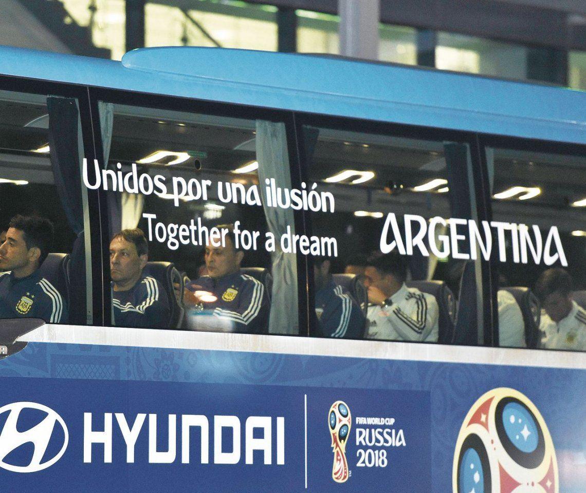 dEl micro de la Selección argentina ingresa al búnker
