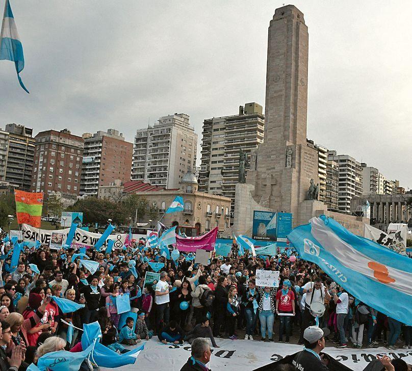 """dSectores """"pro vida"""" marcharon ayer en Rosario contra la ley del aborto."""